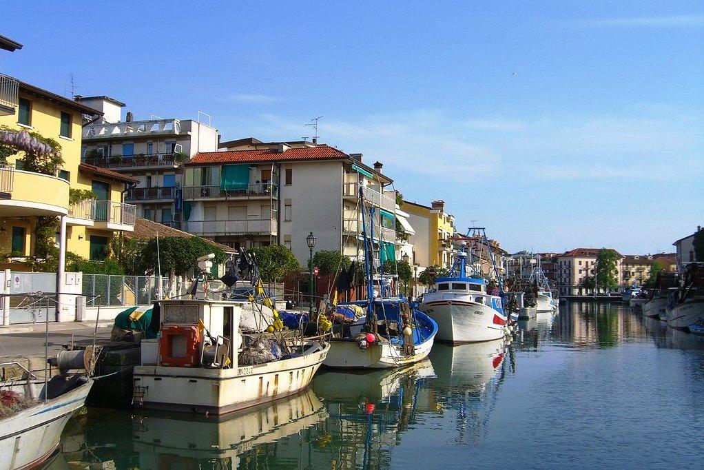 Вход на яхте в порт Градо, Италия