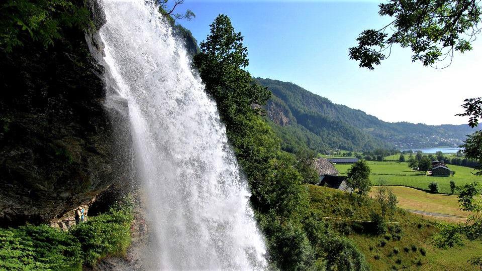 Водопад в Steinsdalfossen