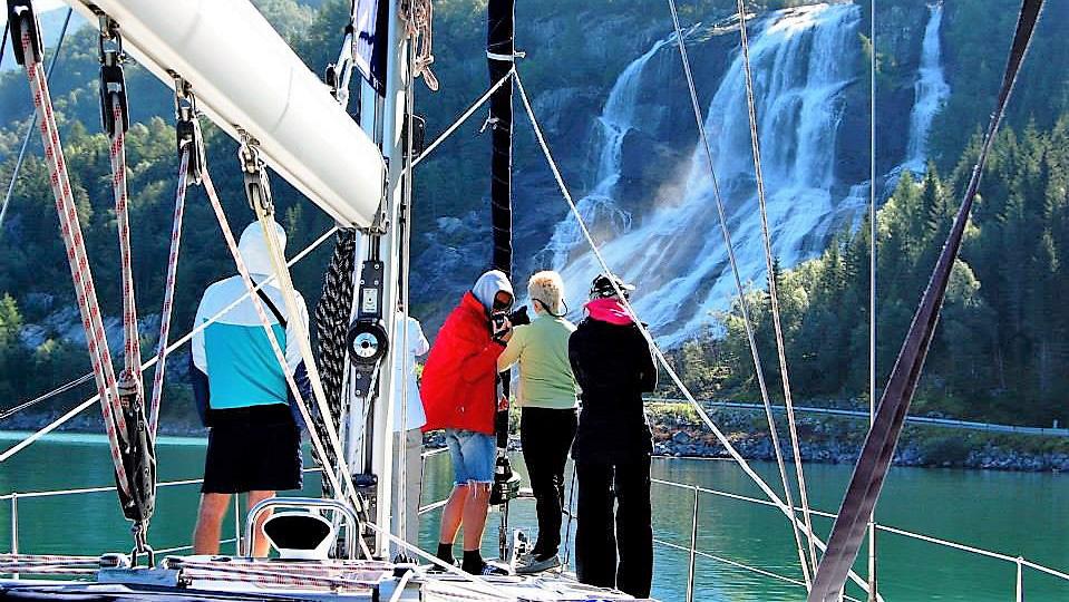 Один из многочисленных водопадов фиорда. Норвегия